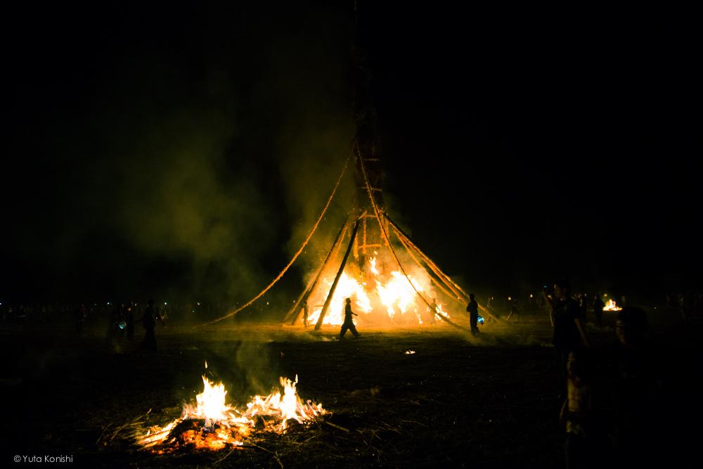 大たいまつに着火 - 石川県能登島向田(こうだ)の火祭