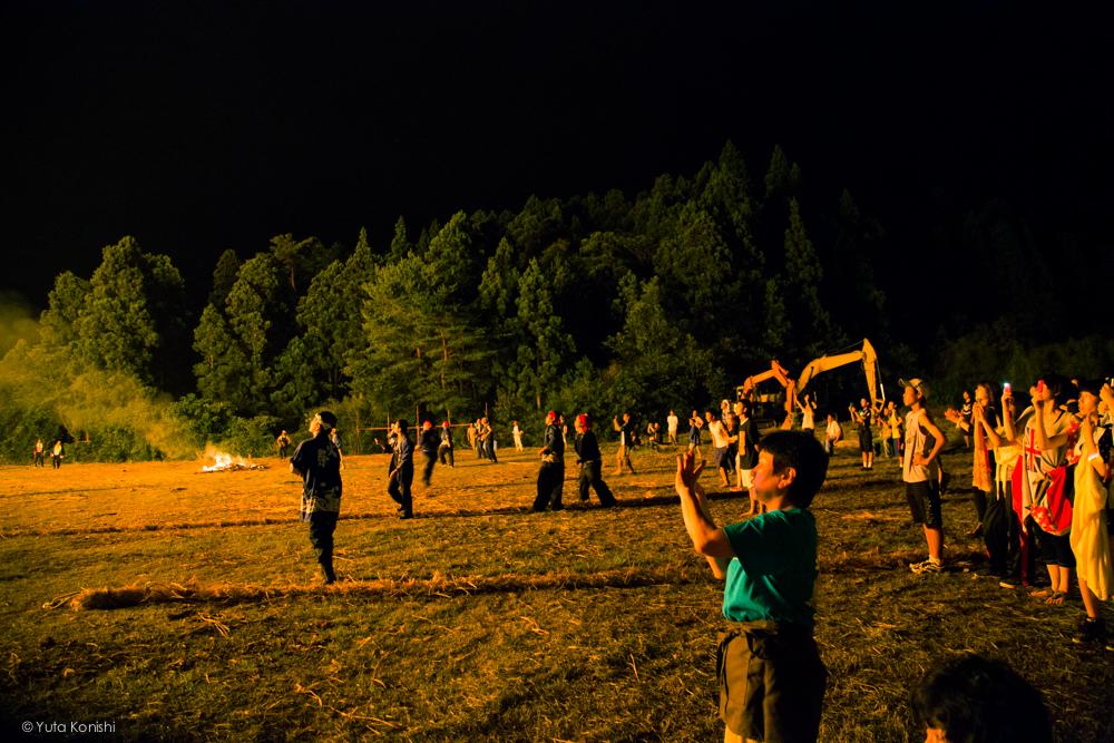 観客も熱い - 石川県能登島向田(こうだ)の火祭