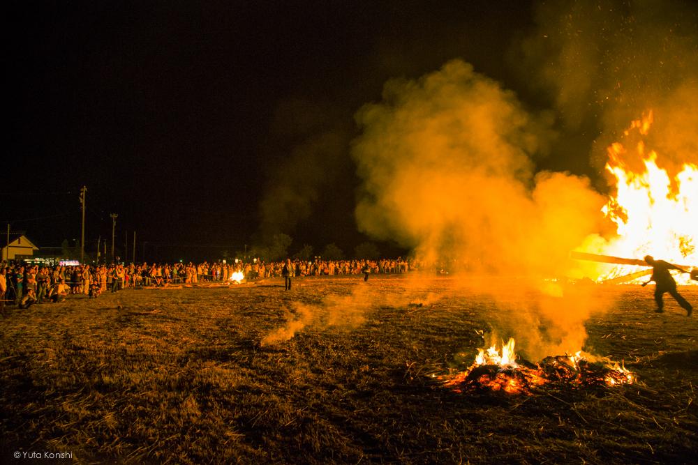 倒れるたいまつ - 石川県能登島向田(こうだ)の火祭