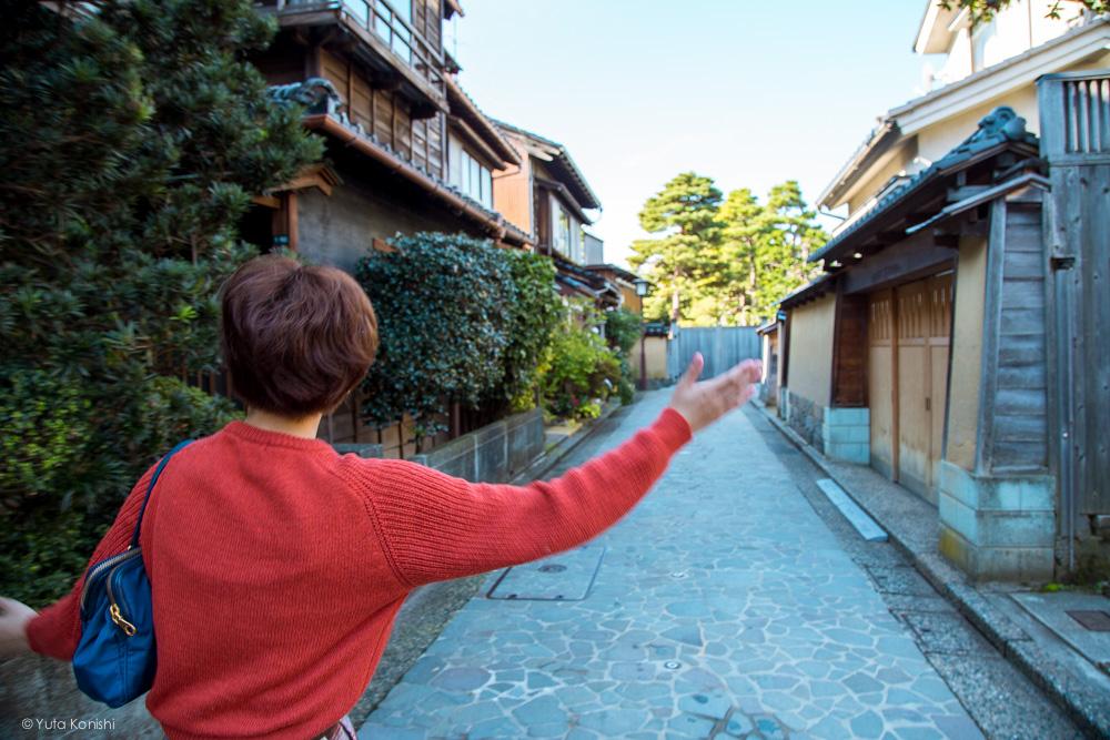 武家屋敷跡地を歩くゆりりん 金沢周遊バスで周る金沢観光マニュアル!金沢観光アイドル「ゆりりん」とバスで金沢を紹介します!